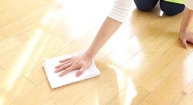 床材に合わせた専用洗剤で丁寧に手洗い